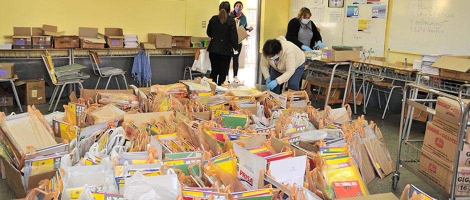 Entrega de útiles escolares a los alumnos del Colegio Novo Mundo